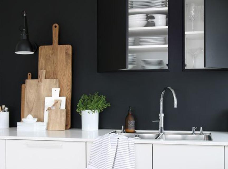 un mur noir dans la cuisine les brindilles
