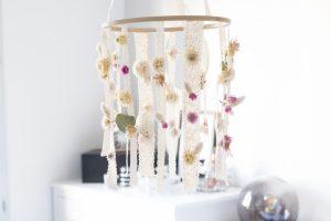 DIY Un mobile de fleurs séchées en dentelle